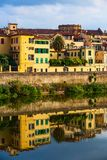Rivier Arno, huis in Florence, Italië stock afbeelding