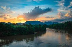 Rivier bij dageraadhemel Stock Foto
