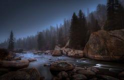 Rivier bij Nacht onder Maanlicht stock fotografie