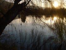 Rivier bij zonsondergang Royalty-vrije Stock Afbeelding