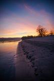 Rivier bij zonsondergang Royalty-vrije Stock Afbeeldingen
