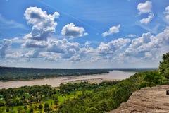 rivier, bos en wolken duidelijke blauwe hemel Royalty-vrije Stock Foto's