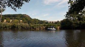 Rivier, boten en kajak in Clecy, Normandië Frankrijk stock video