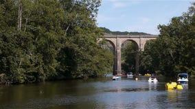 Rivier, brug en boten in Clecy, Normandië Frankrijk stock video