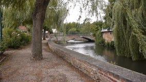 Rivier, brug en park in Broglie, Normandië Frankrijk stock footage