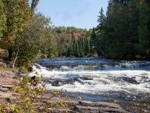 Rivier in daling met watervallen Royalty-vrije Stock Foto's