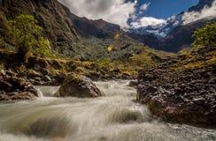 Rivier in de Andes bij het Altaarvulkaan van Gr dichtbij Banos, Ecuador royalty-vrije stock foto's