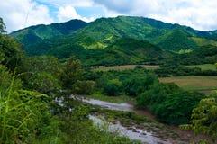 Rivier in de bergen Stock Fotografie