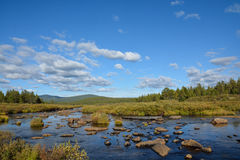 Rivier in de bergen van Siberië in de herfst Royalty-vrije Stock Afbeelding