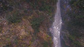 Rivier in de Franse Alpen wordt gedragen die stock video