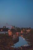 Rivier in de stad bij nacht Stock Afbeelding