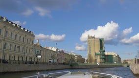 Rivier in de stad St Petersburg, Rusland stock video