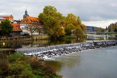 Rivier in de stad van Hamelin Stock Afbeeldingen