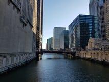 Rivier de van de binnenstad van Chicago in financi?ncentrum stock foto