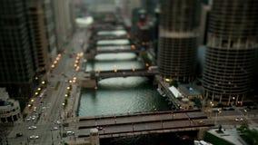 Rivier de van de binnenstad van Chicago - Schuine standverschuiving stock footage