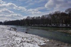 Rivier in de winter in Duitsland met zeer koude sneeuw Royalty-vrije Stock Afbeelding
