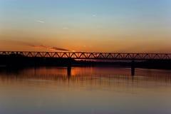 Rivier in de zonsondergang Royalty-vrije Stock Afbeeldingen