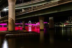 Rivier dichtbij brugsteunen bij nacht royalty-vrije stock afbeelding