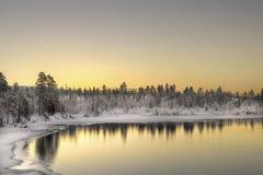 Rivier die bij zonsondergang, Finland stromen Royalty-vrije Stock Foto's