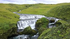 Rivier die in de waterval Skogafoss in IJsland stromen stock videobeelden