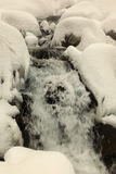 Rivier die onder stenen stromen Stock Fotografie