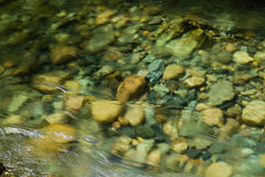 Rivier die over stenen stroomt stock foto's