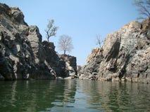 Rivier die rotsen in toerist plave hogenakkal Bangalore doorneemt stock fotografie