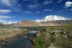 Rivier die van het meer van Kara stroomt Kul stock foto's