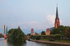 Rivier, dijk en kerk ` Drie Koningen ` Frankfurt-am-Main, Duitsland Stock Fotografie