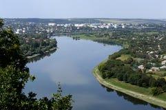 Rivier Dniester die door de stad van Soroca overgaan stock afbeeldingen