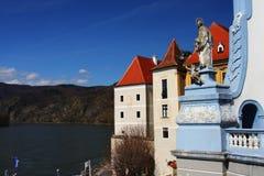 Rivier Donau en huizen in Oostenrijk, Europa Stock Fotografie