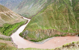 Rivier door bergen Stock Fotografie