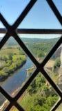 Rivier door venster wordt bekeken dat royalty-vrije stock fotografie