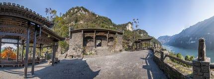 Rivier Drie Kloven Dengying Xia van Hubeiyiling Yangtze in het van de Klovenmensen ` van ` Drie plattelandshuisje van de Bedelaar royalty-vrije stock foto's