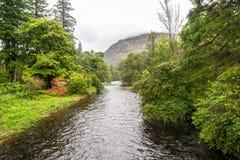 Rivier Eachaig met een berg op een achtergrond, Schotland royalty-vrije stock foto