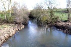 Rivier, een kleine rivier in het platteland in het midden van de gebieden stock foto