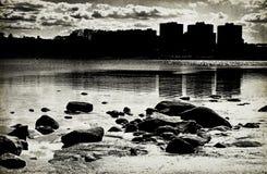 Rivier in een verlaten stad Royalty-vrije Stock Fotografie