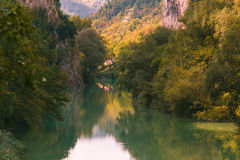 Rivier en bergenlandschap in het gebied van Marche stock afbeelding