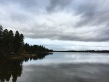 Rivier en bewolkte dag stock foto's
