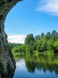 Rivier en bos in de zomer in de beken van natuurreservaatolenyi in het gebied van Sverdlovsk royalty-vrije stock foto