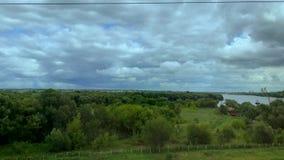 Rivier en bos van het treinvenster stock footage