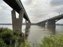Rivier en brug Stock Afbeeldingen