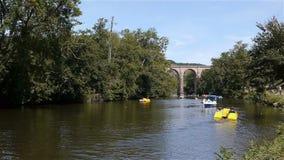 Rivier en brug in Clecy, Normandië Frankrijk stock footage