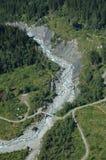 Rivier en brug de nabijgelegen stad van Grindelwald in Zwitserland Royalty-vrije Stock Afbeelding