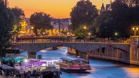 Rivier en brug dichtbij de kathedraaldag van Notre Dame De Paris aan nacht timelapse na zonsondergang stock videobeelden