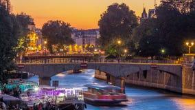Rivier en brug dichtbij de kathedraaldag van Notre Dame De Paris aan nacht timelapse na zonsondergang stock video