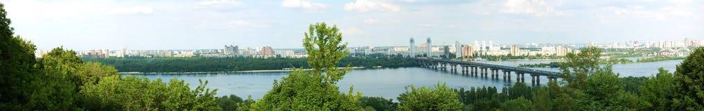 Rivier en brug, Kiev stock foto