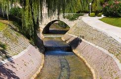 Rivier en brug in Spleet, Kroatië Stock Afbeeldingen