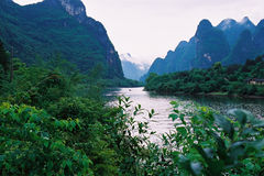 Rivier en de berg. Stock Fotografie