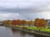 Rivier en de herfstbomen in Riga Royalty-vrije Stock Afbeelding